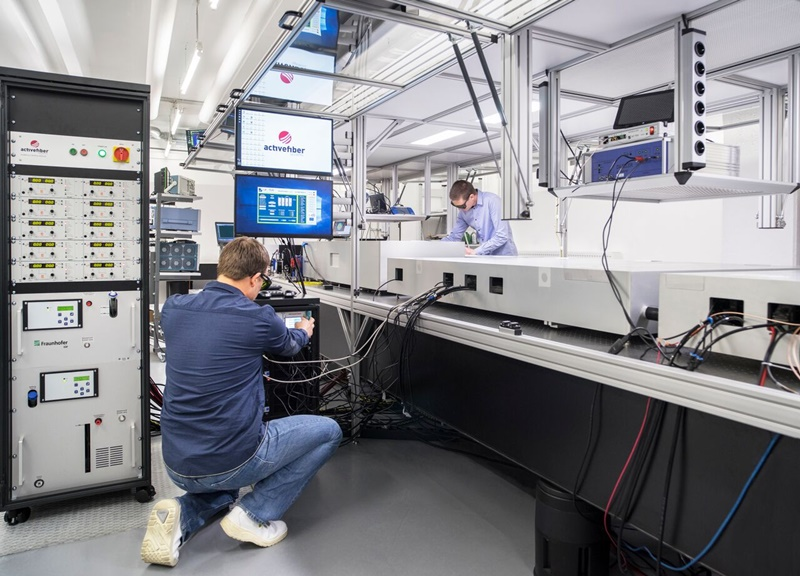 Fingers on the pulse: the Jena team's ultrafast laser system