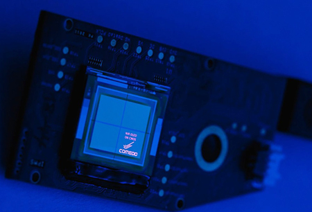 Almost blue: Integration of RGB + NIR-OLEDs in CMOS-silicon chips (pictured in the NIR range).