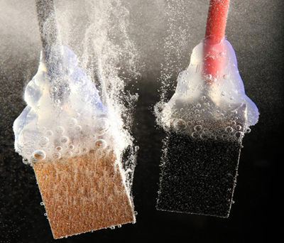 Promising: a profusion of tiny bubbles escapes from the electrodes.