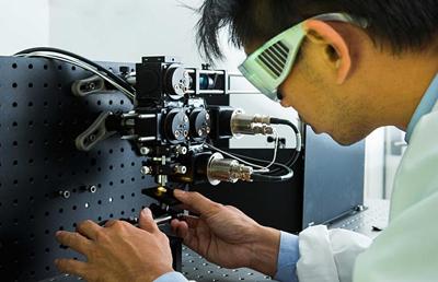 Dr Steve Lee works on a laser microscope system.