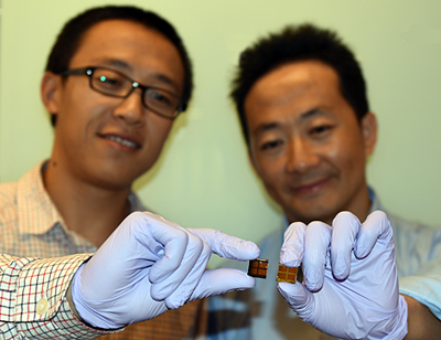Dr Jiang (L) with MAPbI3 solar cell; Dr Wang (R) holds an iodine-degraded cell.