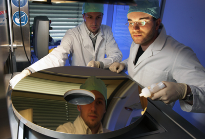 The coating of mirrors is carried out with atomic precision at Fraunhofer IOF.