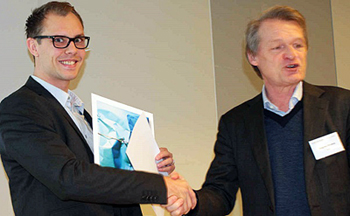 Alexander Strandberg receives award from Magnus Breidne.
